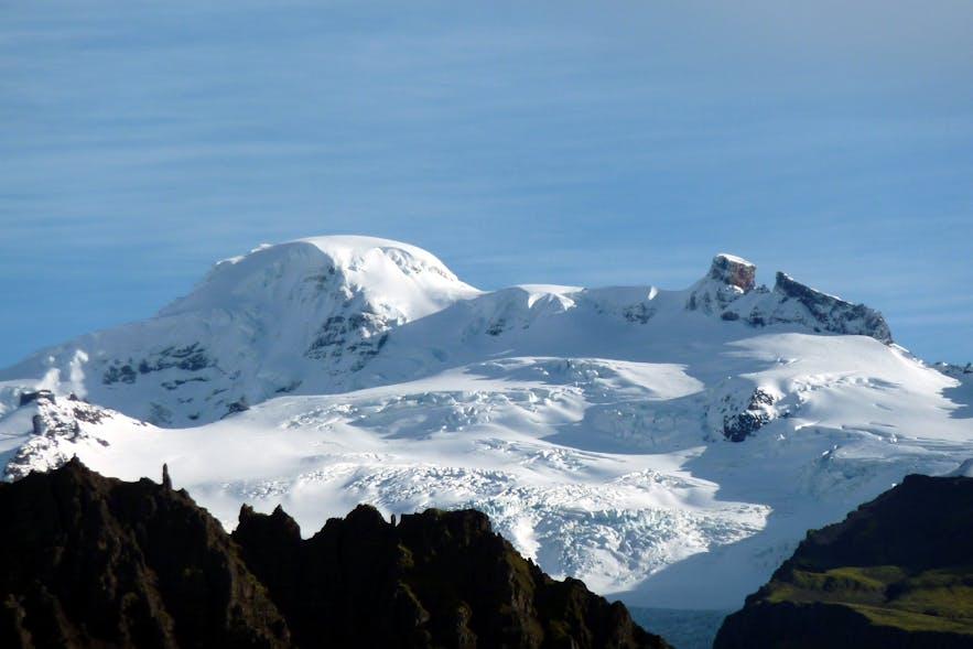 华纳达尔斯赫努克火山位于冰岛南岸的瓦特纳冰川国家公园内,是冰岛最高峰