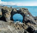 美しい海食岩のあるスナイフェルスネス半島のアルナルスタピの村
