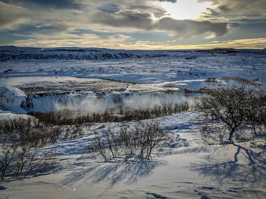 冬季的马鬃瀑布银装素裹,展现着冰岛自然的纯净之美