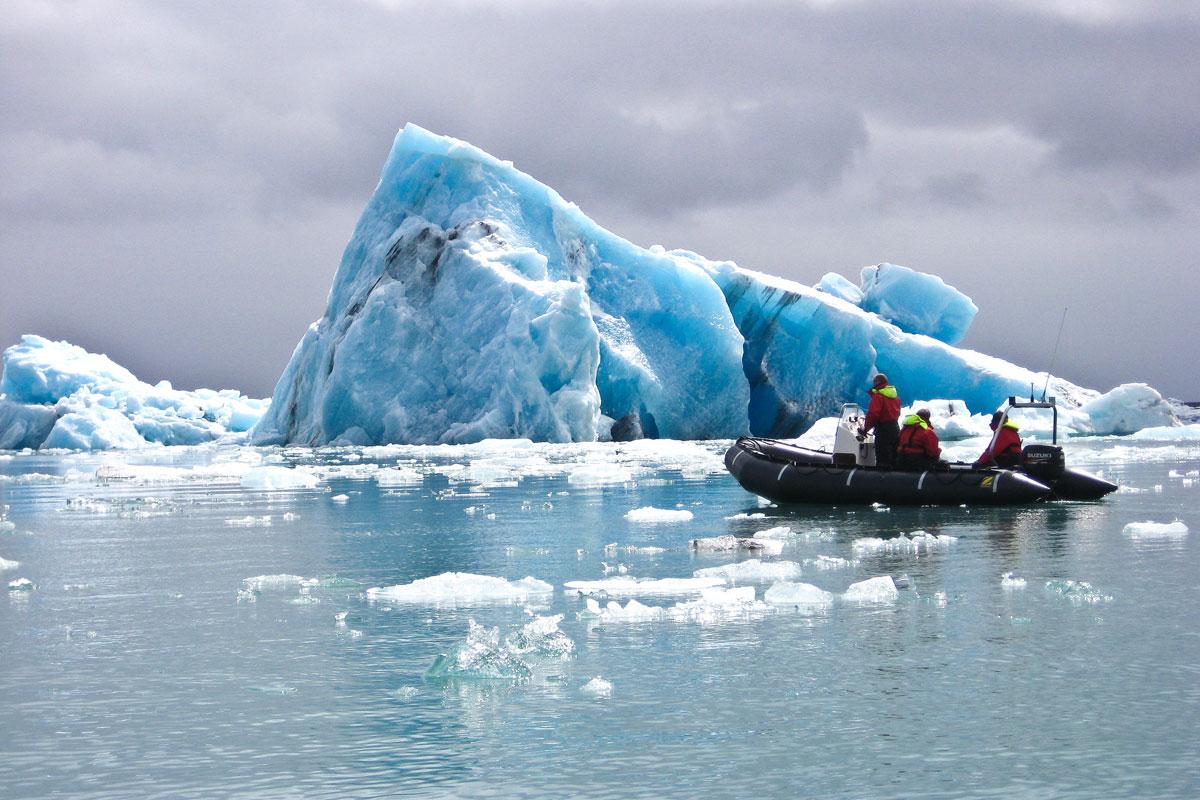 Sus over bresjøen Jökulsárlón i en gummibåt.