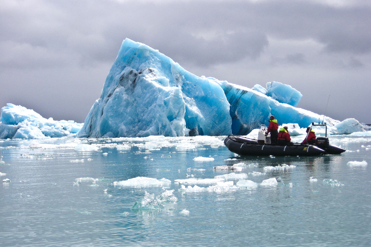 Velocidad a través de la laguna glaciar Jökulsárlón en zodiac.