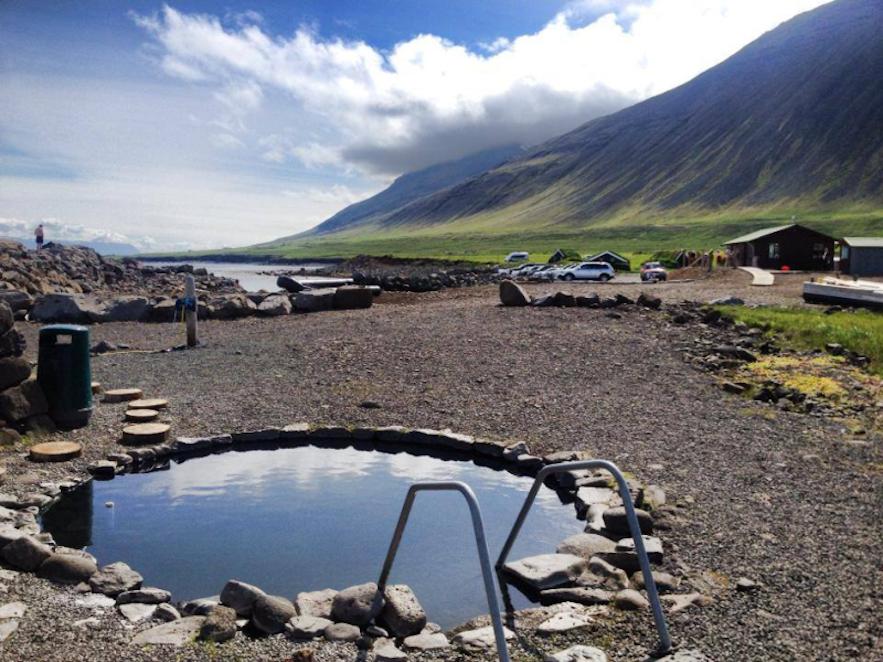 北アイスランドのフィヨルドを見渡す温水プール、グレッティスロイグ