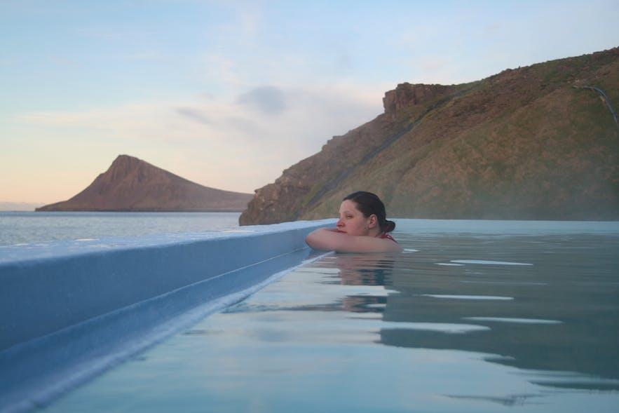ウェストフィヨルドの絶景を見渡すクロスネスロイグのプール
