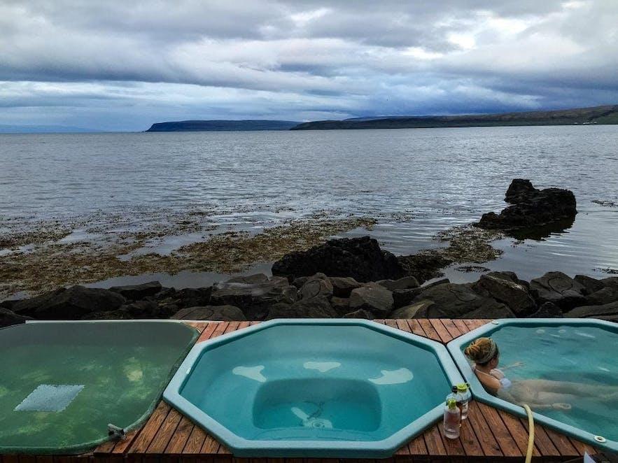 ウェストフィヨルドの海に面するドラングスネスのホット・タブ