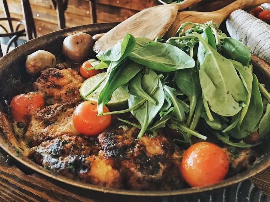 Vispannetje, aardappelen en salade in restaurant Messinn