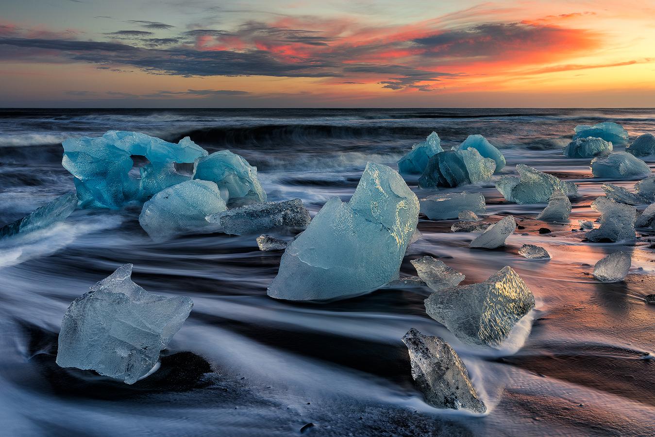 冰岛南岸钻石沙滩到处都是迷人的碎冰