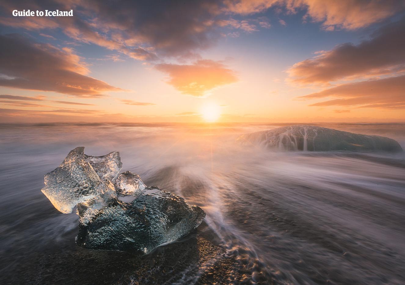 El hielo se derrite cuando el sol se pone en la Playa Diamante en el Parque Nacional Vatnajökull.