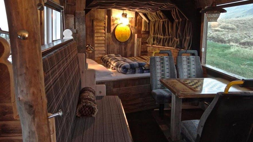 冰岛首都地区特色民宿-睡在山脚下巴士改造的公寓