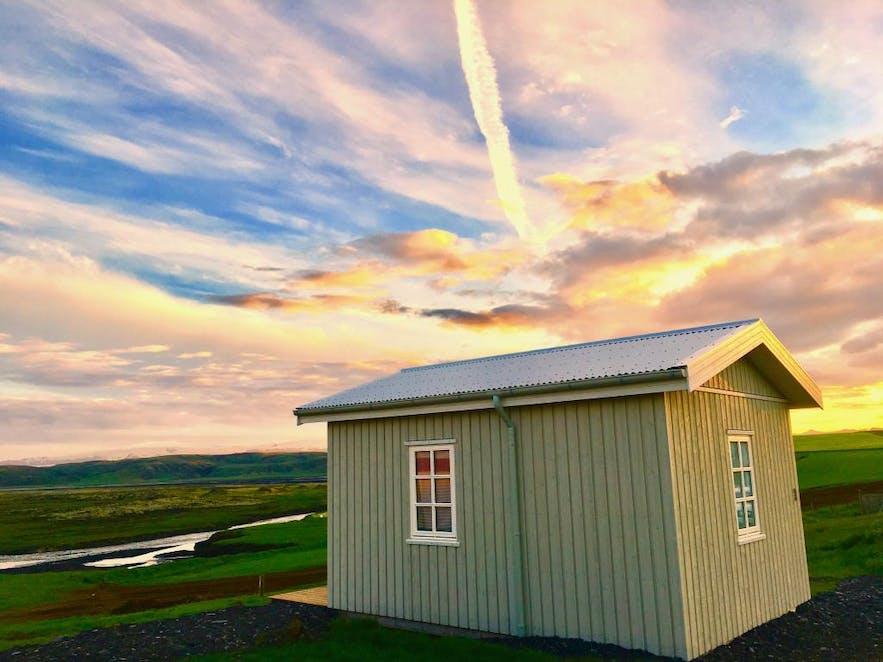 袖珍的冰岛南岸度假屋被美丽的自然风光包围