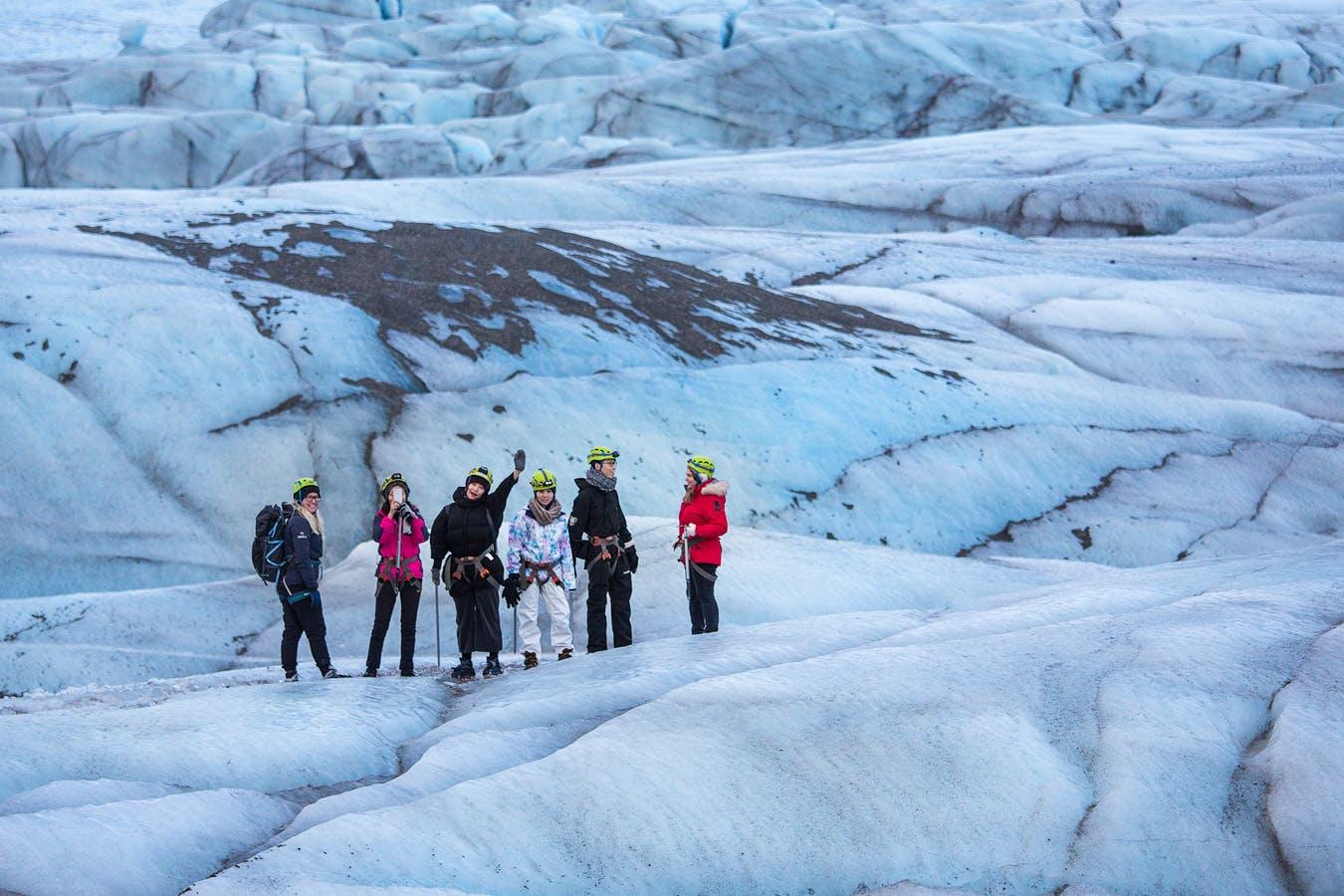 """您将在壮丽的冰岛冰川上体验徒步,领略冰火之国的""""冰""""之一面"""