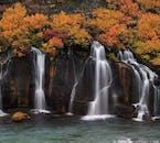 Les cascades de Hraunfossar sur la côte ouest de l'Islande.