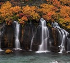 Водопад Хрёйнфоссар из подземных вод, просачивающихся через черную лаву.