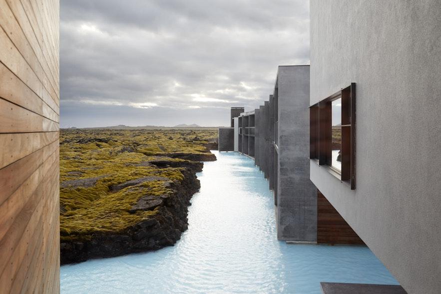 Blue Lagoon jest niczym oaza na polu lawowym na Półwyspie Reykjanes.