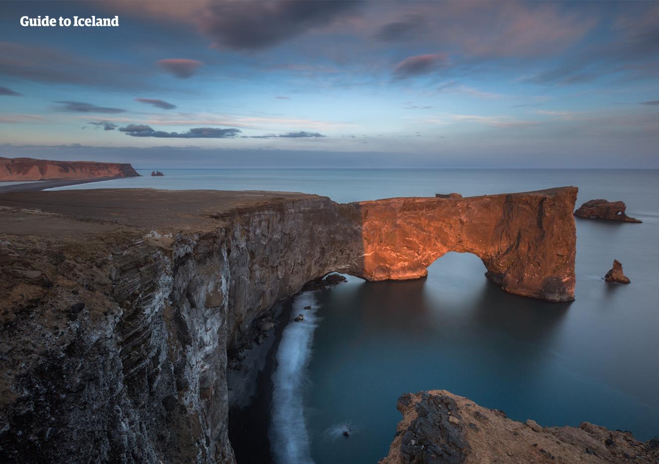 디르홀레이의 아치 모양의 바위. 남부 해안에 자리 잡고 있는 이곳은 왕자의 게임에 등장했던 곳이에요.