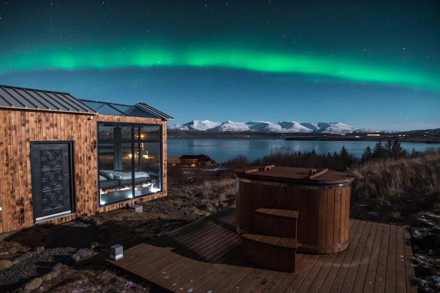 冰岛也可以住在玻璃屋里看极光