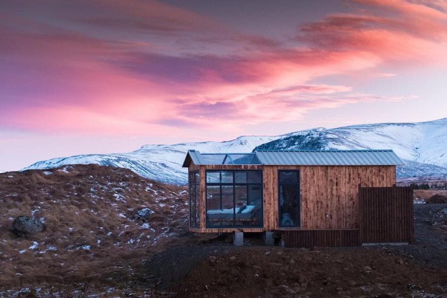 入冬后,山上积起了白雪,日落十分色调孤独而浪漫
