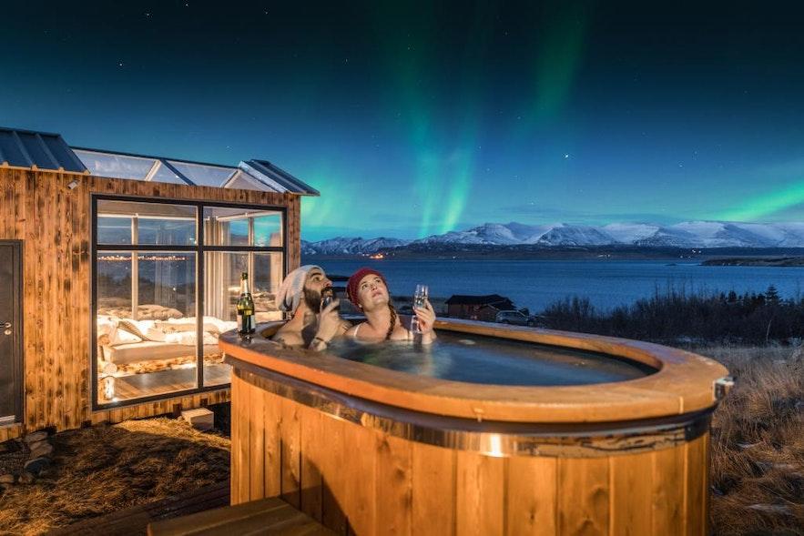 冬季边泡热水温泉浴边看极光是最美妙的享受
