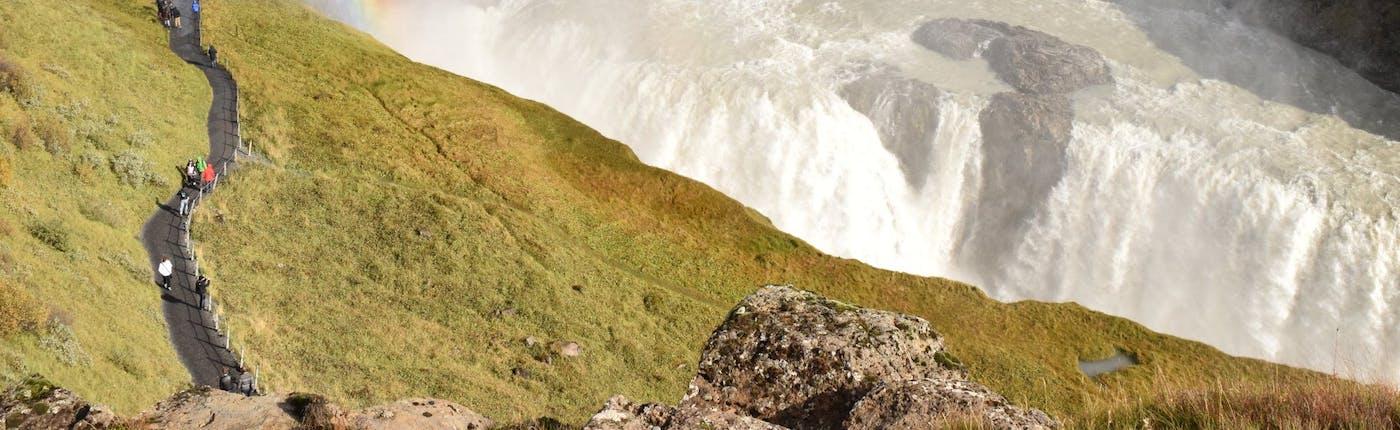 グトルフォスの滝に虹がかかる