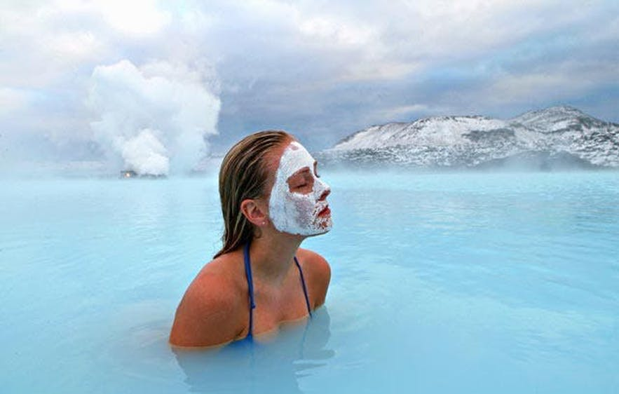 Młoda turystka ciesząca się relaksującą atmosferą spa Blue Lagoon.