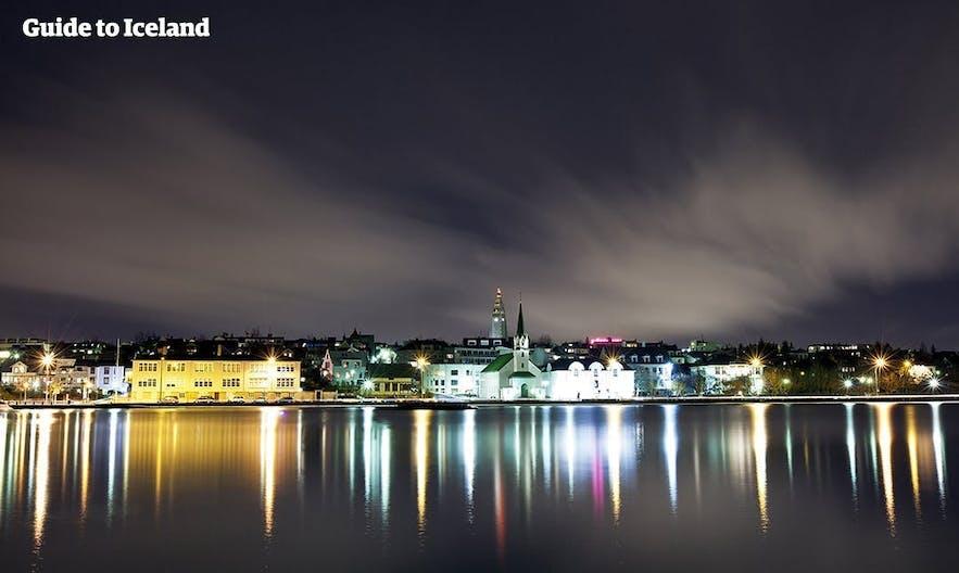 Widok na stolicę Islandii znad jeziora Tjörnin
