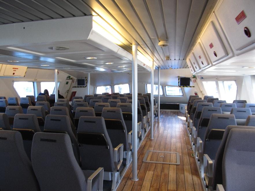 ホエールウオッチングツアーに乗るLilja号の船上の様子