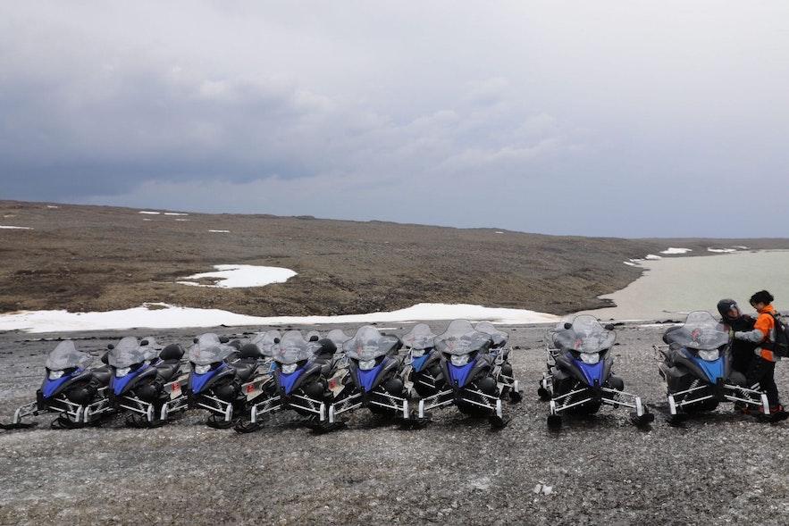 冰川上排列整齊的雪地電單車