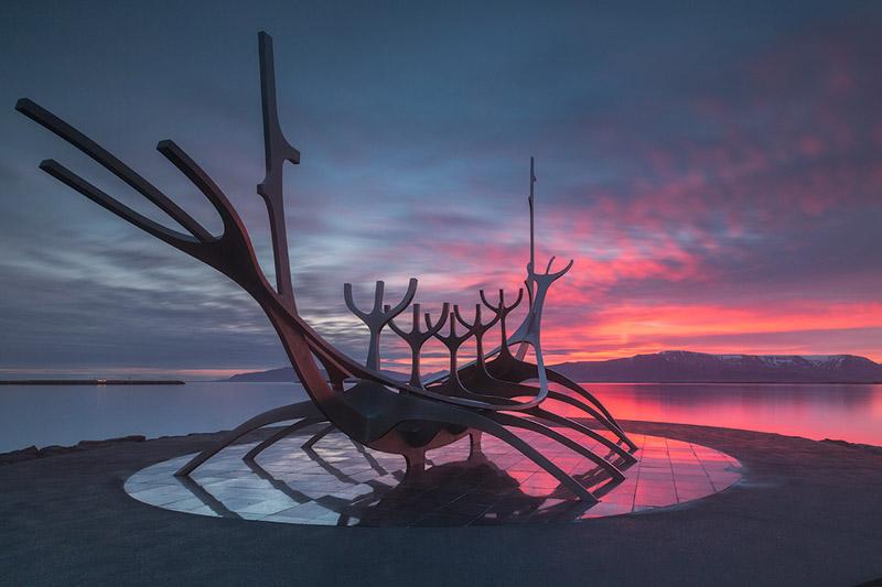 海に面するソゥルファリズはレイキャビクの美術作品の一つ。ヴァイキングの船の形からインスピレーションを得たオブジェ。