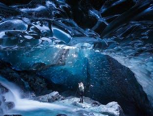 겨울철 남동부 아이슬란드의 푸른빛 얼음동굴.