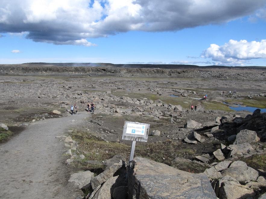 デティフォスの滝へのトレッキングコース