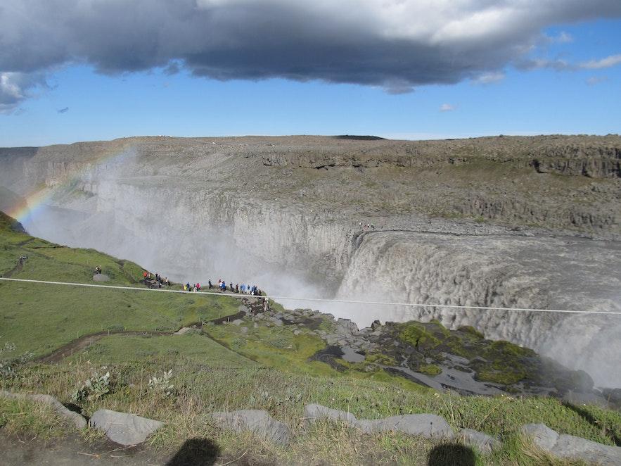 迫力満点のデティフォスの滝