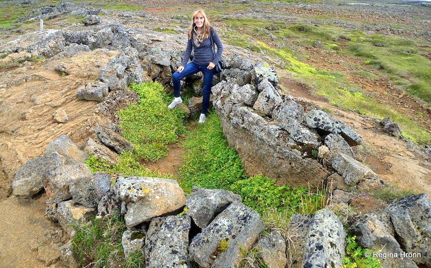 Regína standing inside Eyvindarkofi