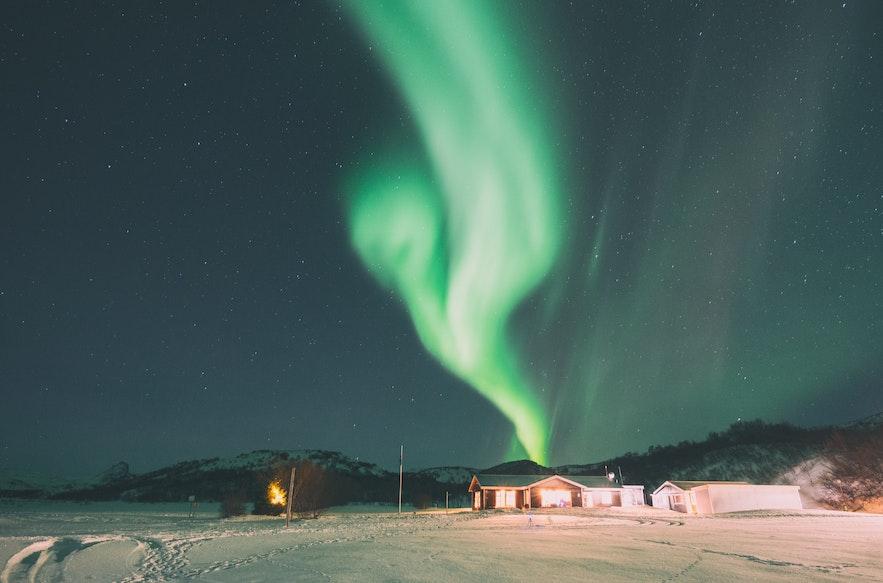 在冰島一個人追北極光