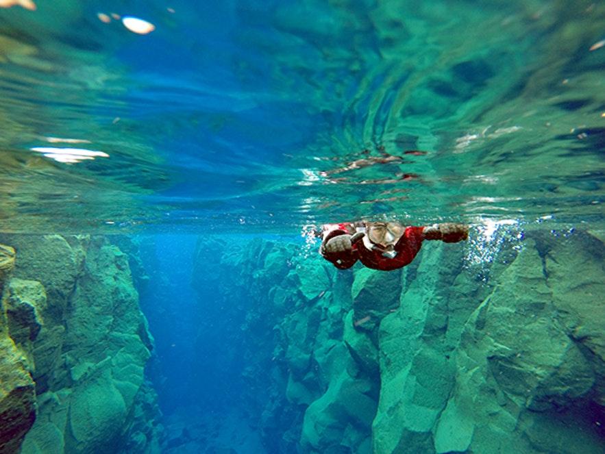 在冰島一個人浮潛