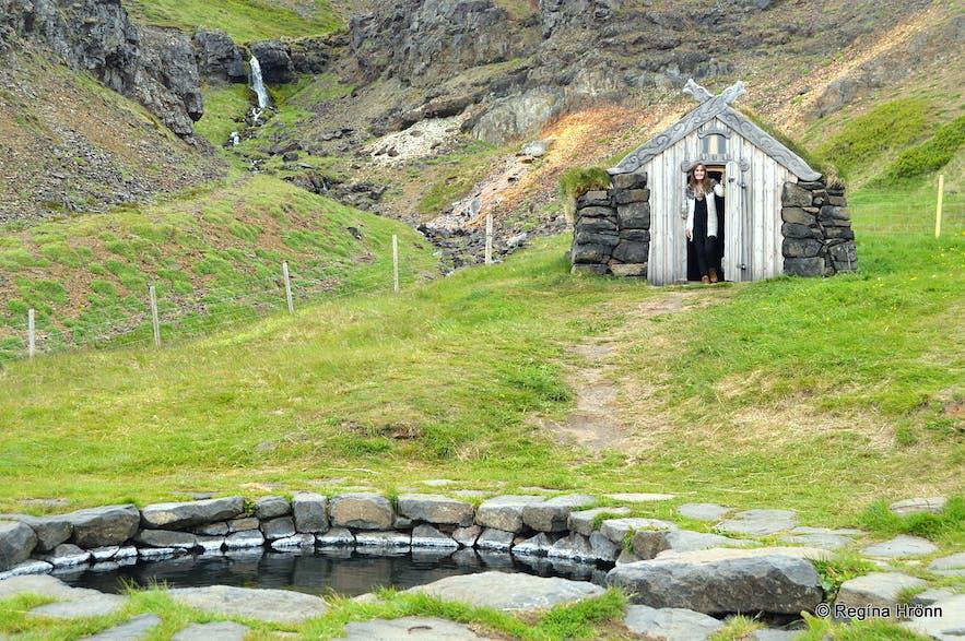 Regína y Guðrúnarlaug in Sælingsdalur valley