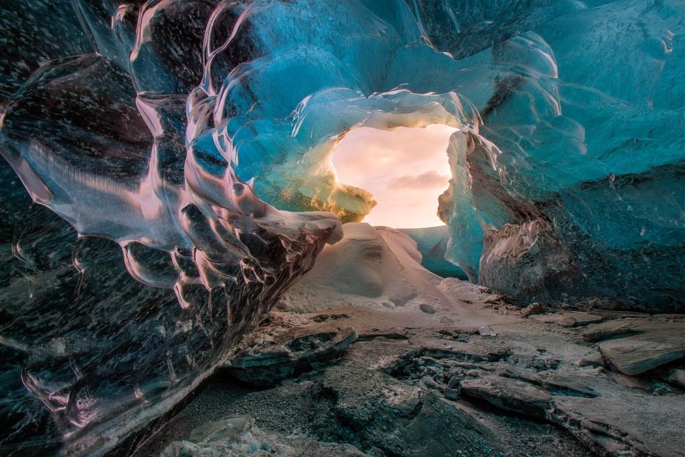 Les grottes de glace se forment par l'eau de fonte qui ruissellent à travers le glacier durant les mois d'été.