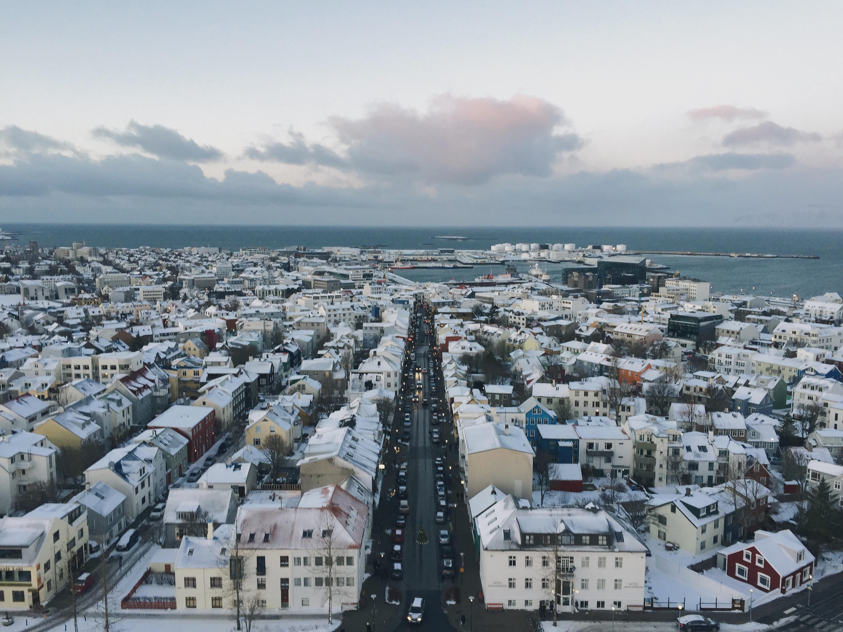 Les maisons colorées du centre de Reykjavík sont visibles depuis le sommet du monument le plus célèbre de la capitale, Hallgrímskirkja.