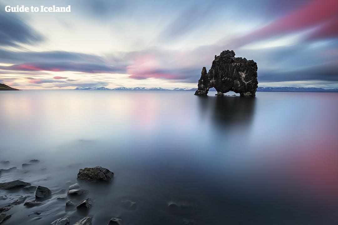 冰岛北部的犀牛石Hvitserkur高达15米,也称象鼻石。