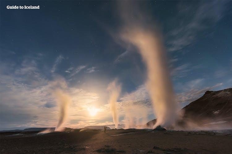 Dampfende Fumarole am Námaskarð-Pass in der Nähe des Sees Mývatn.