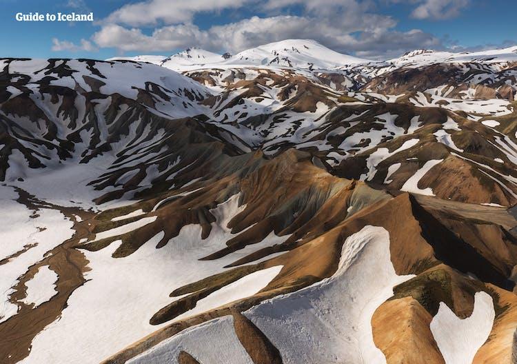 Schneebedeckte Berge in der Region Landmannalaugar im Hochland.
