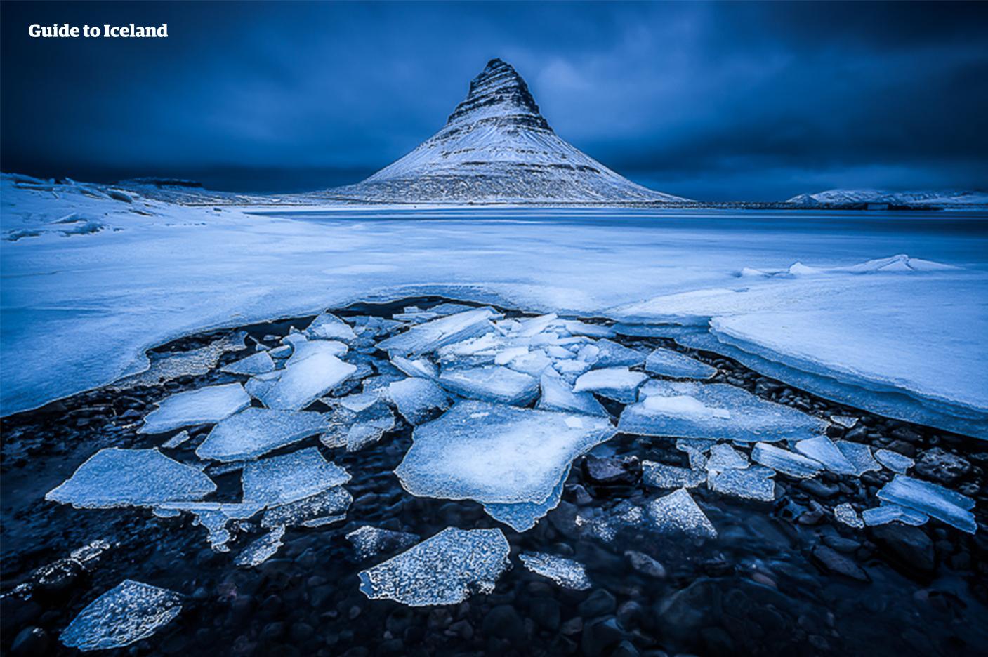 Der frostige Anblick des Berges Kirkjufell auf der Halbinsel Snæfellsnes.