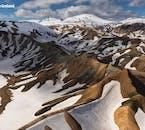 Eine verschneite Landschaft in der Landmannalaugar-Region im isländischen Hochland.