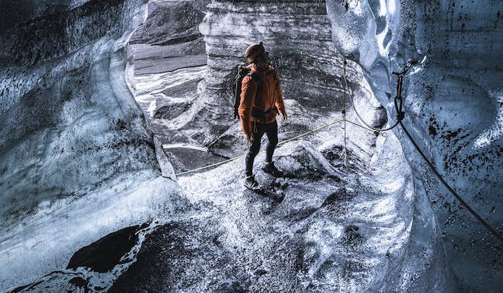 Znakomita 4-godzinna wycieczka po jaskiniach lodowych i wędrówka po lodowcu nad wulkanem Katla z transferem z Vik