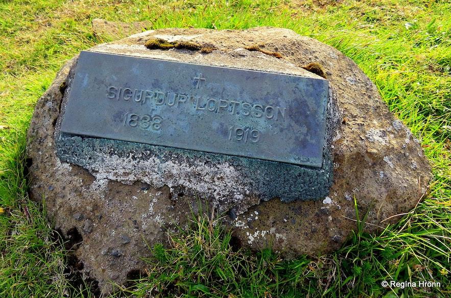 The grave of Sigurður on Hjörleifshöfði