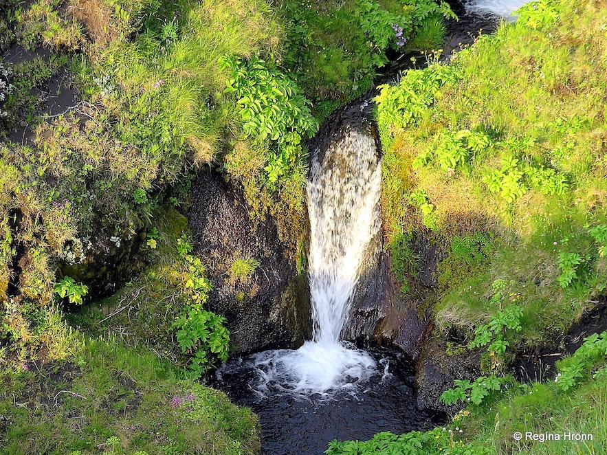 A small waterfall on Hjörleifshöfði