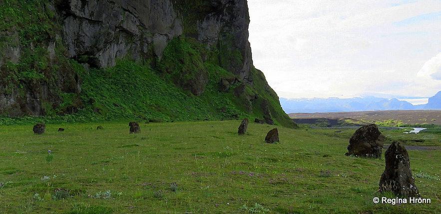 Rocks creating a circle by Hjörleifshöðfi