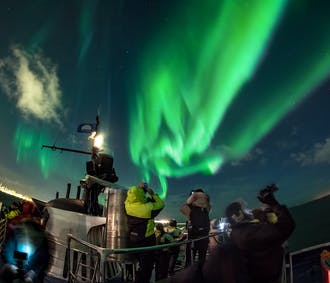 Observation d'aurores boréales à bord d'un bateau   Au large de Reykjavik