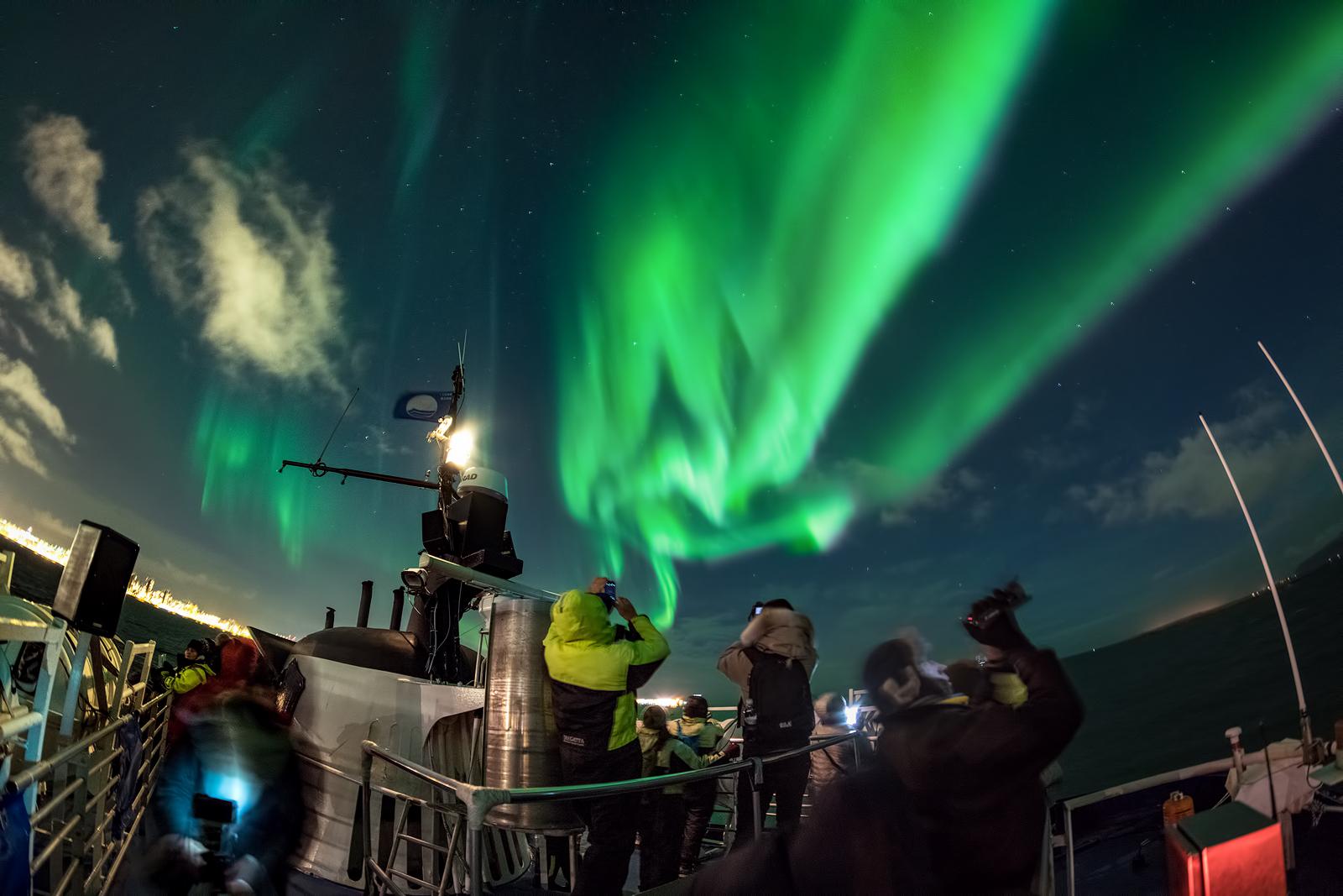 Rejs na zorzę polarną organizowany z Reykjaviku na Islandii.