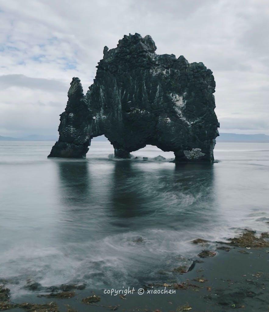 不断被海水冲击着的冰岛明景犀牛石