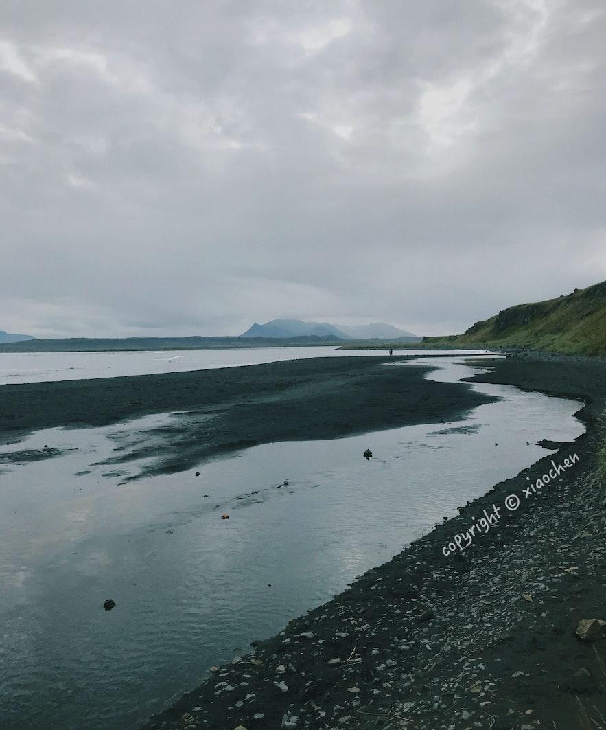 从停车场走到犀牛石Hvítserkur所在海滩上
