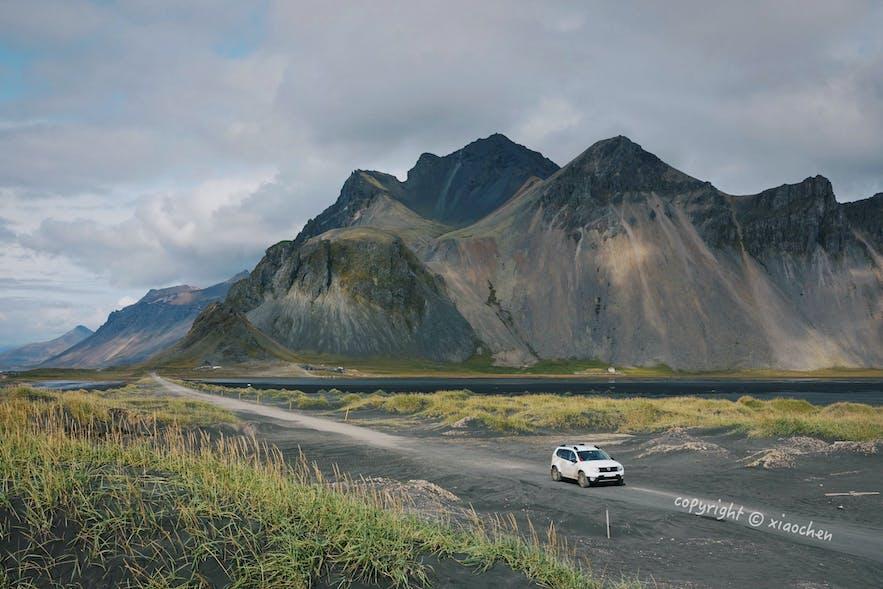 开车驶向Stokksnes黑沙滩,看Vestrahorn西角山